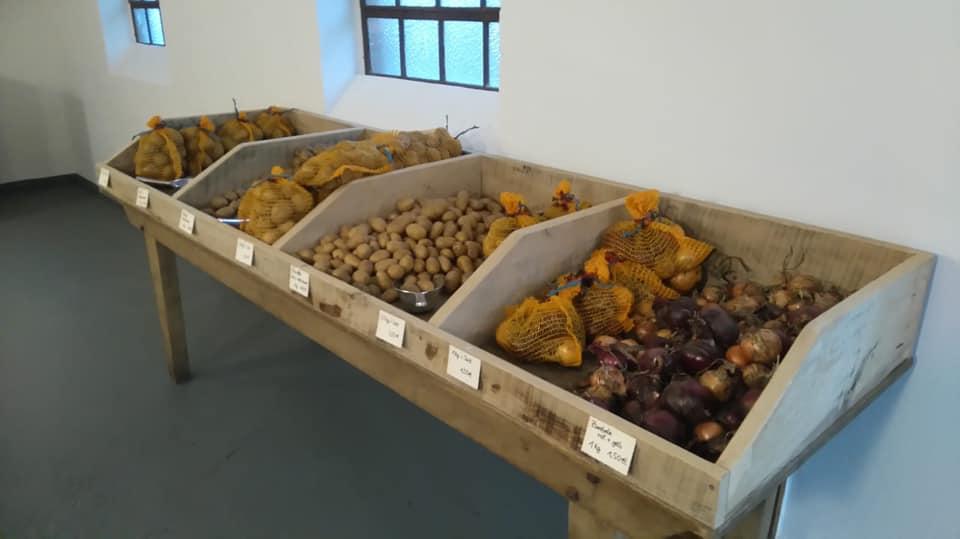 Mehrere Kartoffelsorten (mehlig kochend, festkochend und vorwiegend festkochend) und Zwiebeln aus eigenem Anbau stehen in unserem Hofladen zur Auswahl
